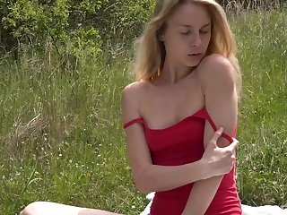 Fit amateur babe Alecia Fox pleasures her pussy in outdoors