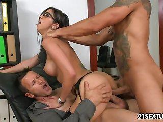 Hot Spanish babe Julia de Lucia gets facial surcease double penetration