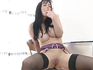Underhanded mature Tanya Cox loves fingering her orgasmic fuck hole
