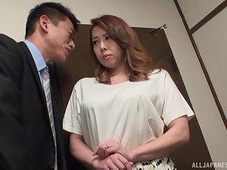 Naughty neighbor's wife Yumi Kazama drops on her knees apropos give head
