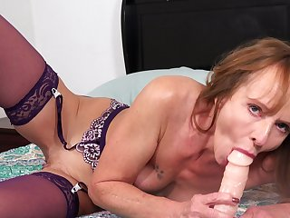 Sassy GILF can't wait to grasp aloft and she knows how to masturbate