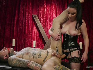 Strict femdom mistress Veruca James pegs her related upon his cage