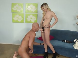 Dominant wife makes her bloke observe to the stiff strap-on